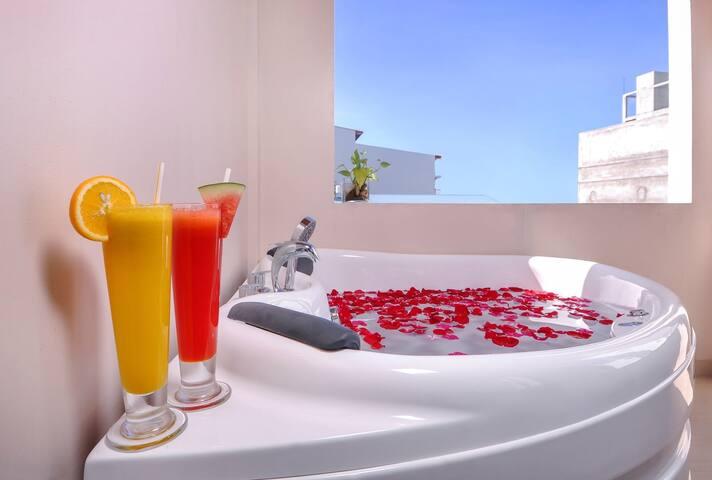 Jacuzzi suite for honeymooners