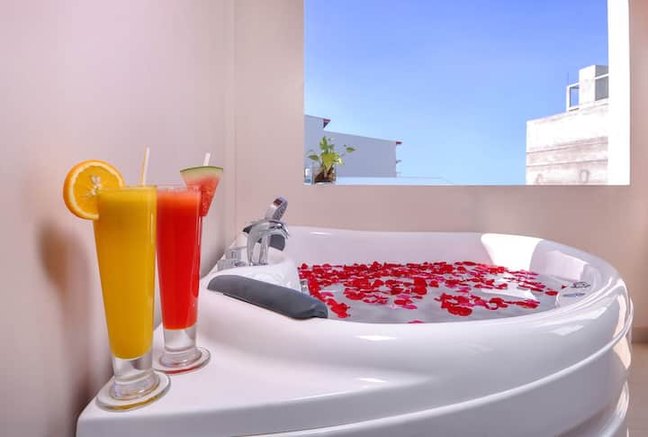 Jacuzzi suite for honeymooners