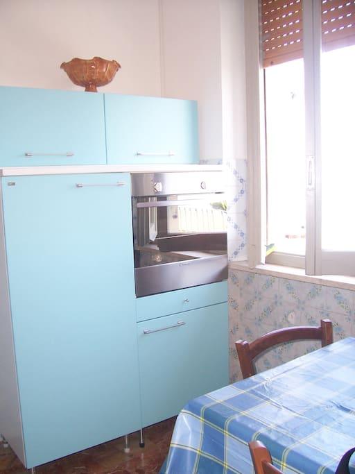 Forno elettrico e frigo con piccolo congelatore