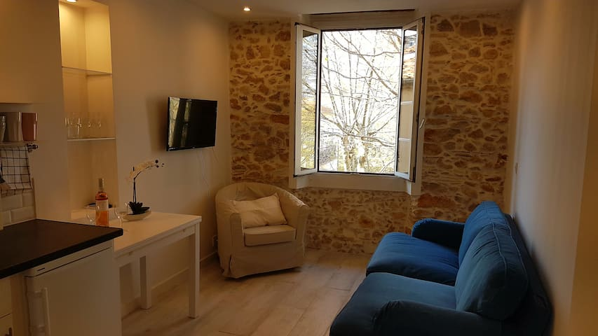 Newly renovated 2 bdr in old town Antibes
