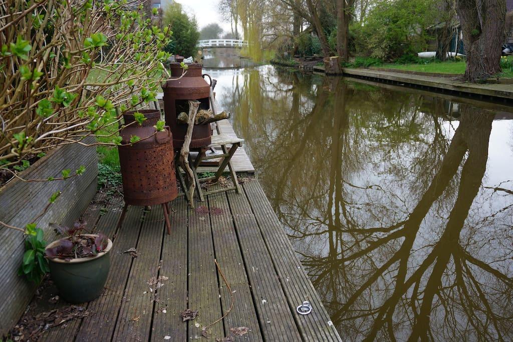 De tuin met terras grenst meteen aan het water