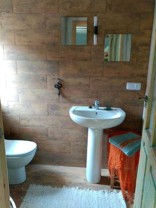Baño propio dentro de la habitación