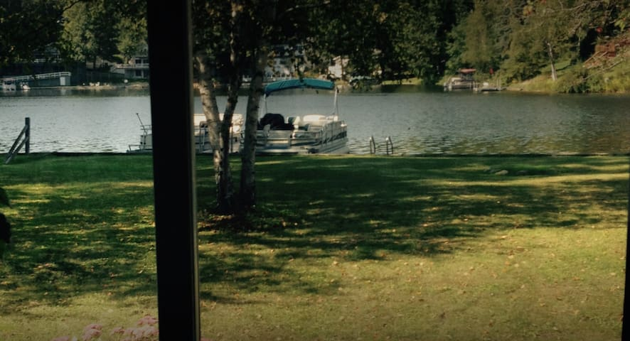 3BR home right on the lake!