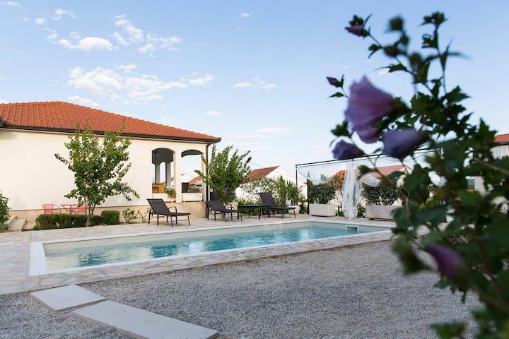 Luxury Villa Sunny Garden with private heated pool