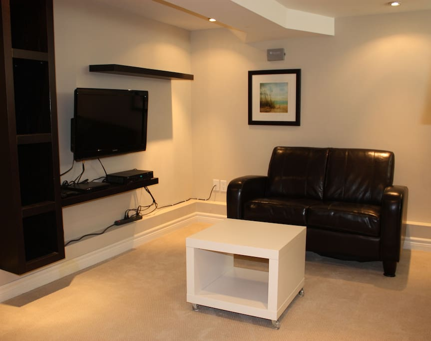 Cable TV, Wi-Fi internet and a DVD player are included.