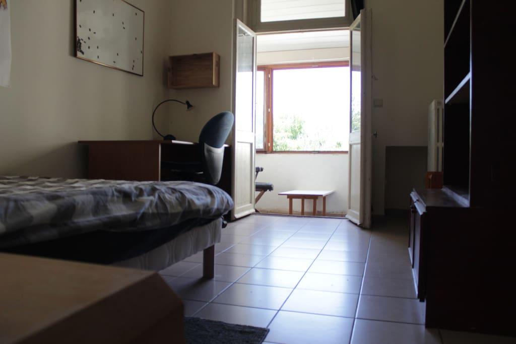 La chambre vous est complètement destinée. Les draps sont propres, l'étagère vide et un bureau est à votre disposition.