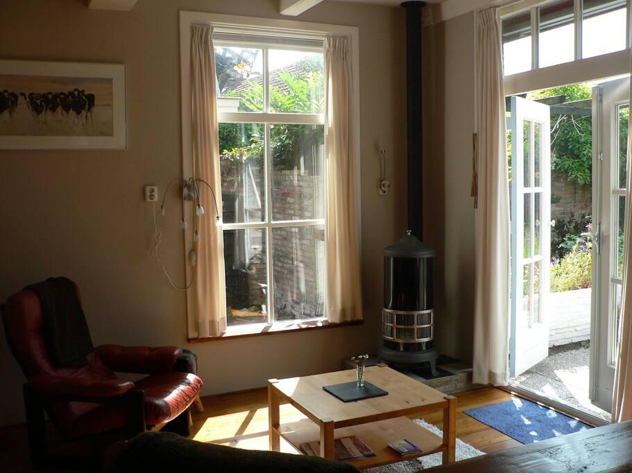 In de woonkamer heeft u de beschikking over twee fijne fauteuils en een fijn gaskacheltje.