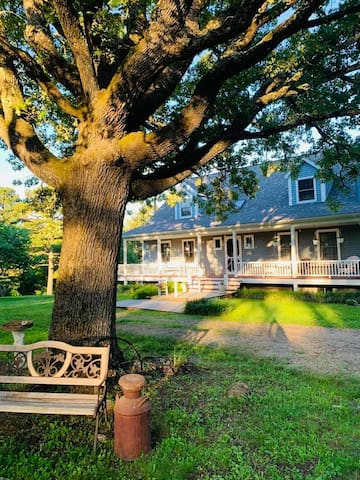 Newly Remodeled Home Sleeps 16; 3 miles to Montauk