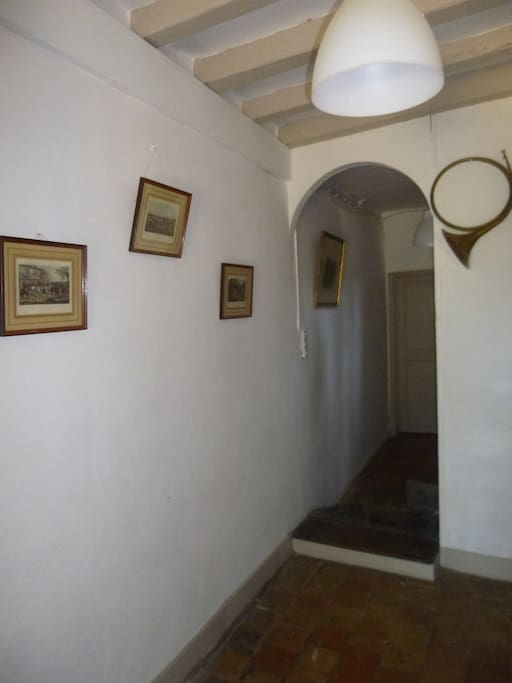 le couloir de l'entrée, au bout la salle de bain privative.