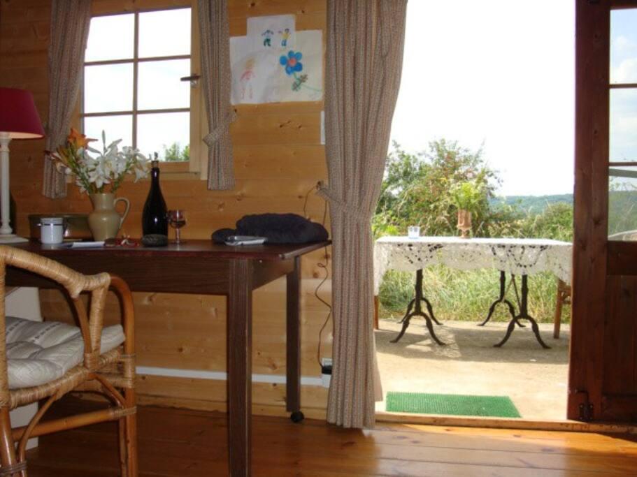 keukentafel met deur naar terras