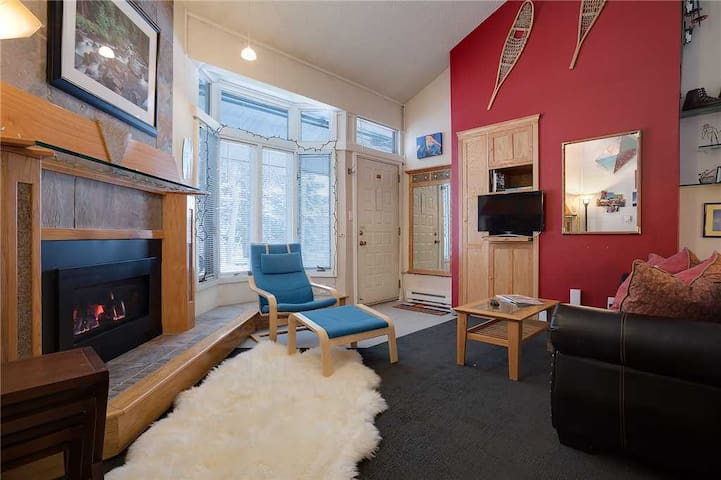 ST108 by Mountain Resorts: Nicely remodeled ground-level condominium! Hot Tubs!