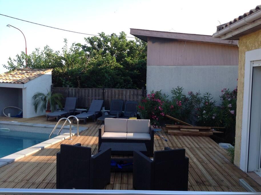 Salon détente extérieur devant piscine