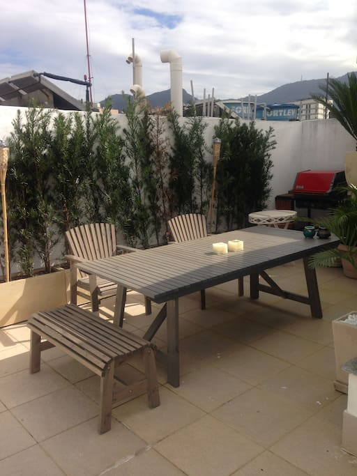 Big U terrace with large table, sofa and plants