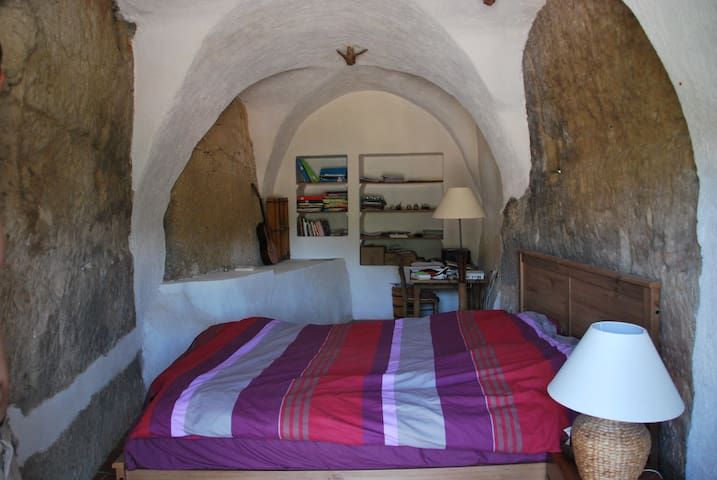 Jolie chambre voûtée pierre apparente