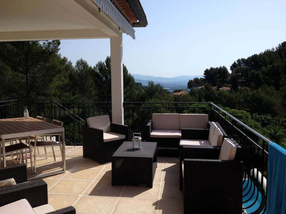Terrasse dominant la piscine avec vue dégagée