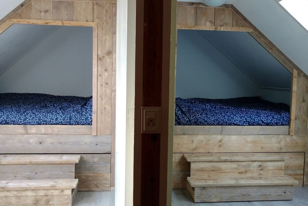 In een boerderij horen natuurlijk bedstedes. 2 slaapkamers zijn ingericht met vaste kast en 2-persoonsbedstede