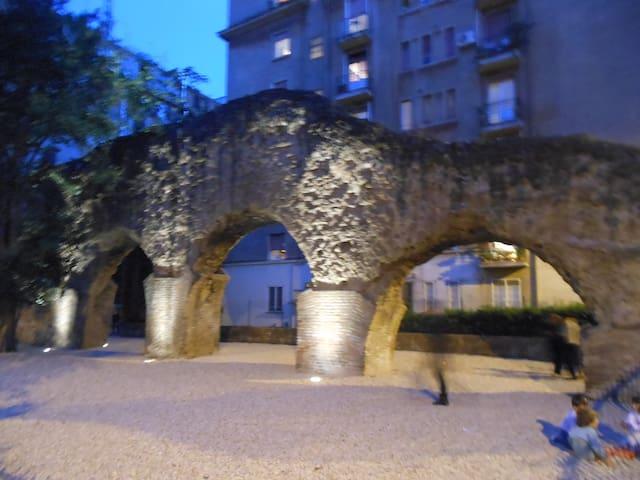 mura romane che circondano l'edificio