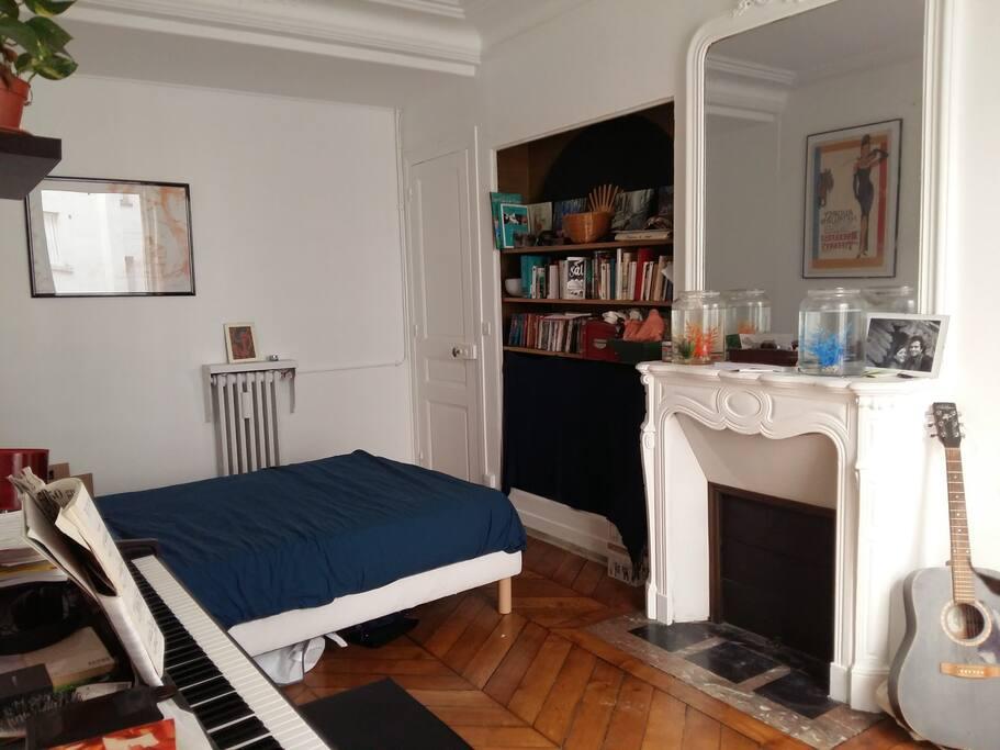 Chambre avec lit-double