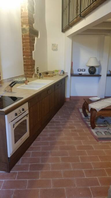 Cucina comprensiva di lavastoviglie, frigorifero e forno - well- equipped kitchen with dishwasher, fridge and oven.