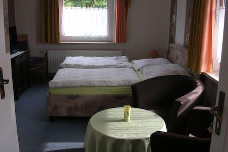 romantisches Ferienzimmer mit Bad - Feldberger Seenlandschaft