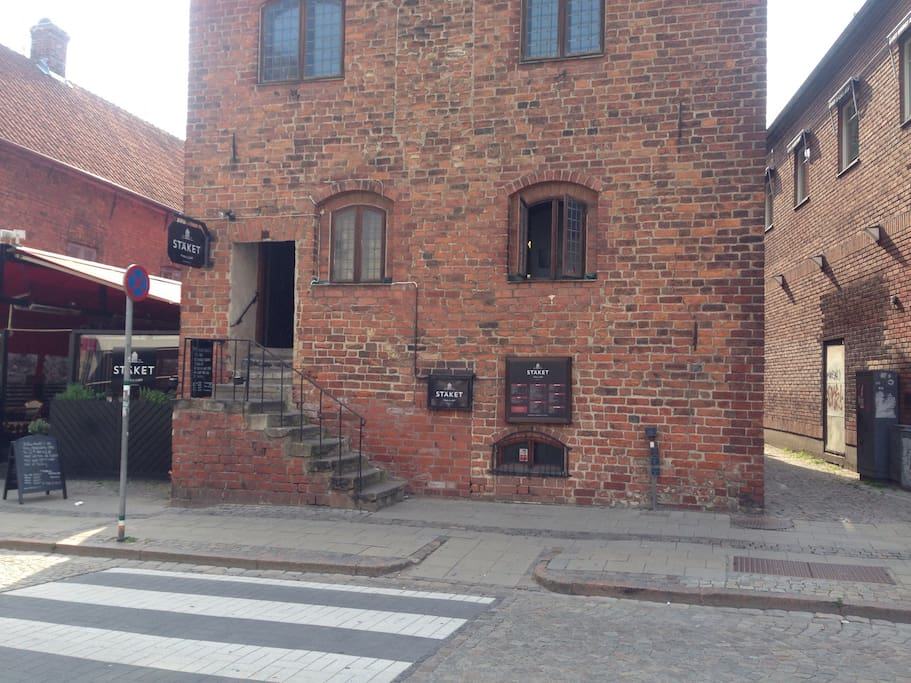This is the way to get to the Apartment from the main street Of Lund. Through the alley on the right.