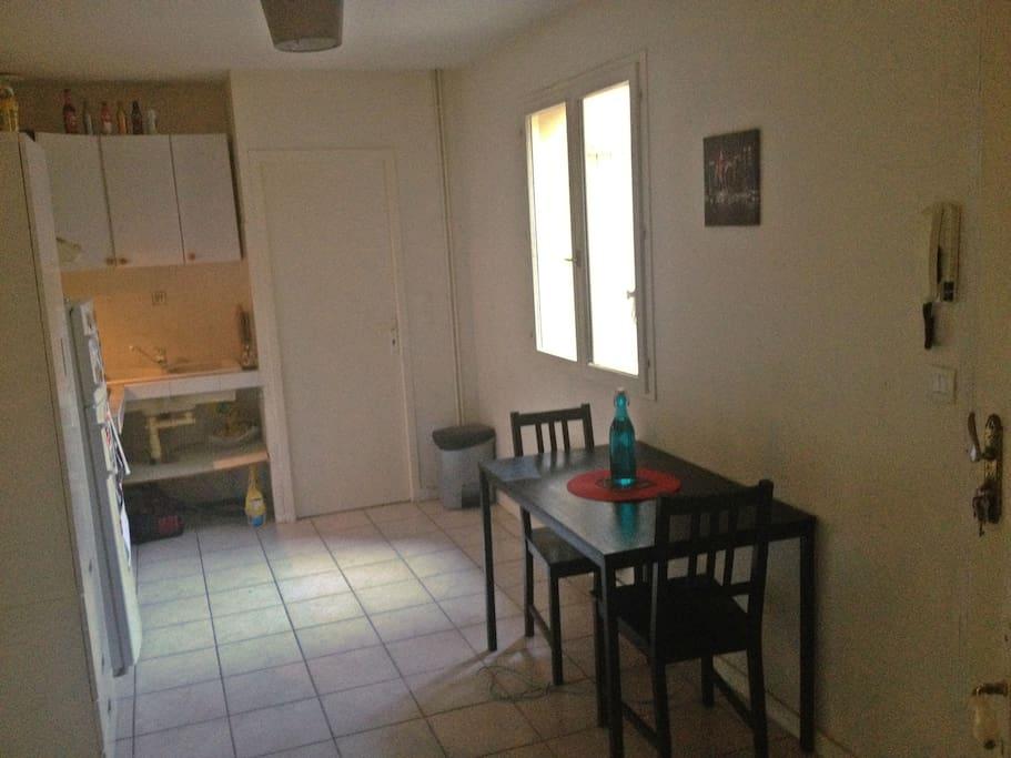 appart meubl proche centre ville flats for rent in bordeaux aquitaine france. Black Bedroom Furniture Sets. Home Design Ideas