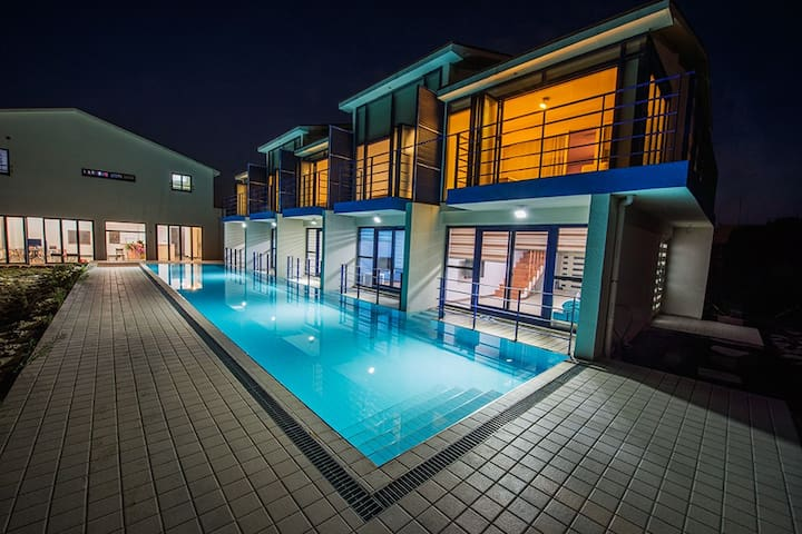 Pool & Spa : 거실과 연결된 수영장, 오션뷰 스파 - Seogwipo-si - Willa