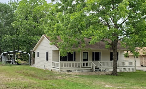 Cute cozy cottage located on Lake Livingston cove