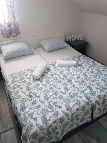 Dvokrevetna soba sa bracnim krevetom br 2