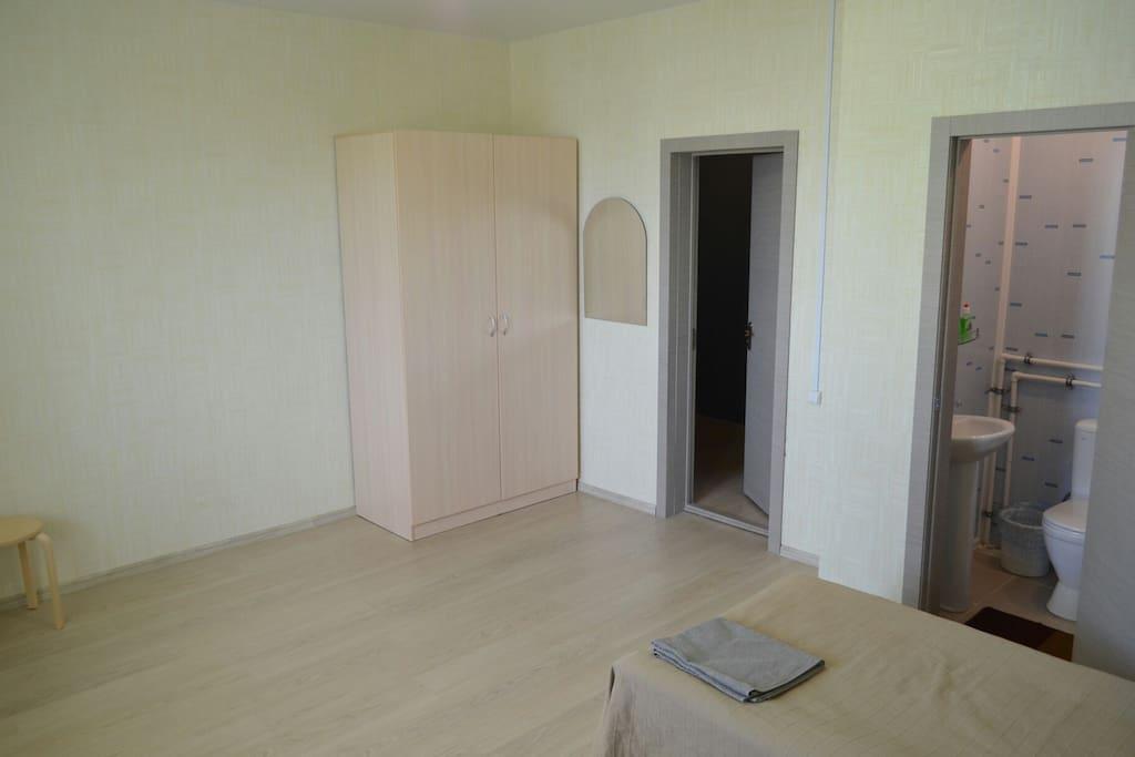 В комнатах удобные большие шкафы. Новые, как и все остальное.