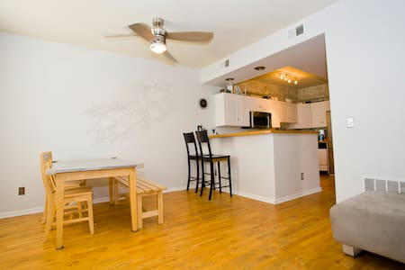 Walk to everything Downtown- 2 BR - 丹佛