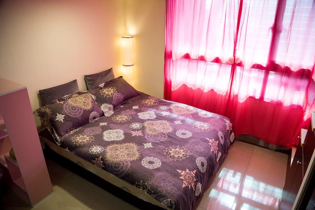 樓下高級獨立筒雙人睡床,床邊情境燈,讓你一夜好眠忘卻旅遊時的疲累
