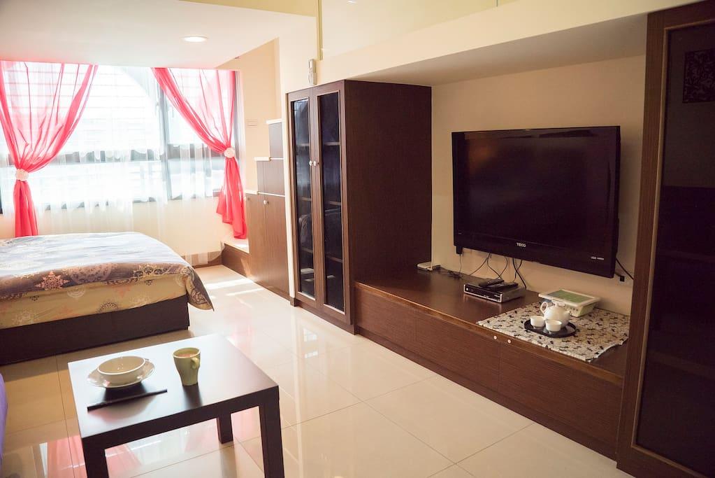 明亮開闊的休息空間,大電視茶具台灣茶包,旅遊,休息,放空,不就是如此