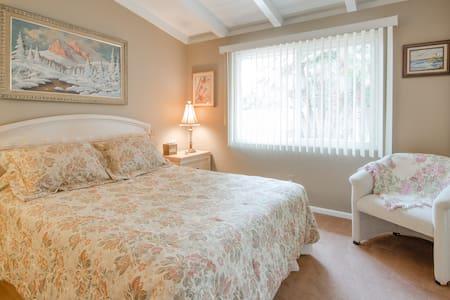 Cozy garden view with queen bed. - Rancho Mirage