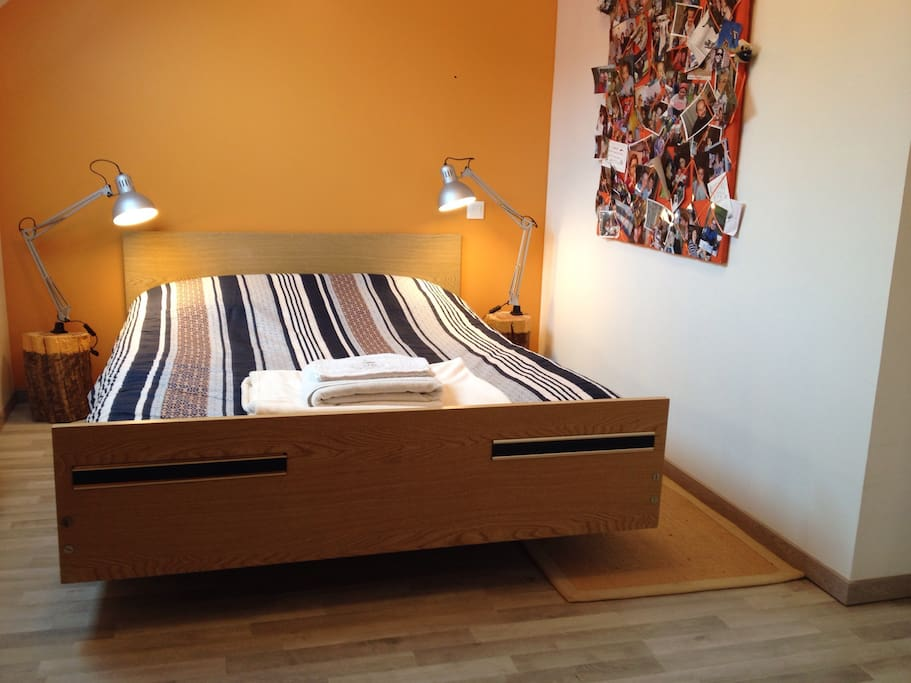 Le lit et le panneau avec photos.