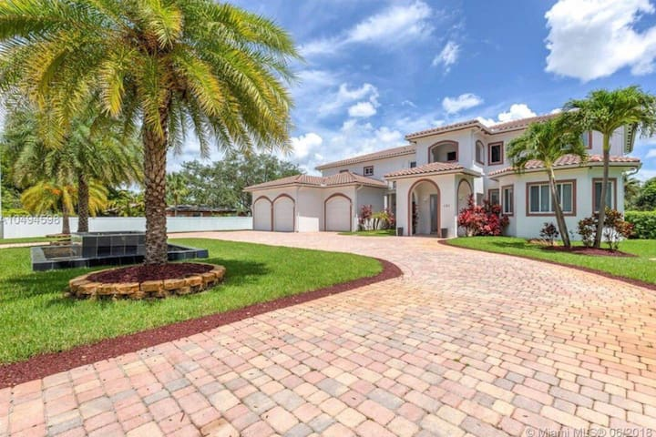Villa in North Miami - Mansion for Large Groups