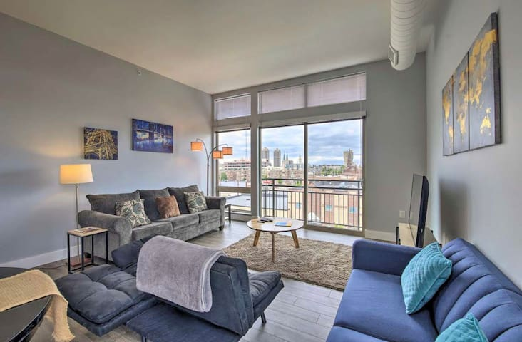 NEW! Modern Apartment Steps to Monument Circle