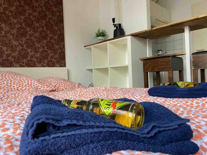Zentrale Wohnung + Dachterasse über BarClub Lessie