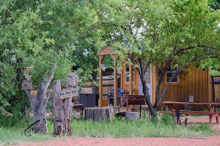 Coral pink horse ranch bunkhouse 1 w jacuzzi for Tetto in stile ranch