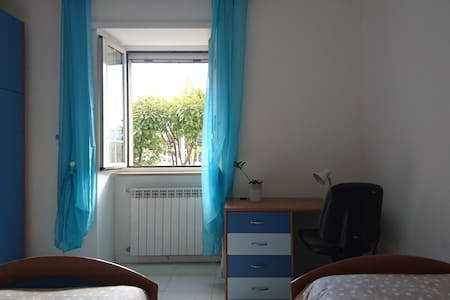 Camera doppia con bagno privato. - L'Aquila - Maison