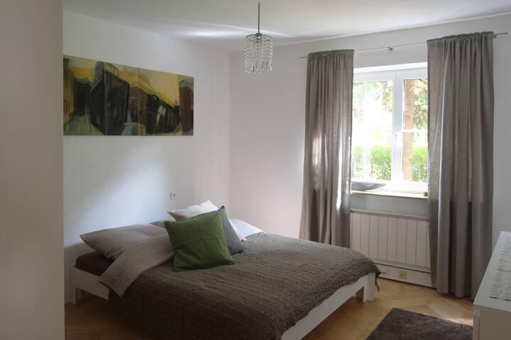 Freundliches Schlafzimmer mit Küche, Bad, Garten