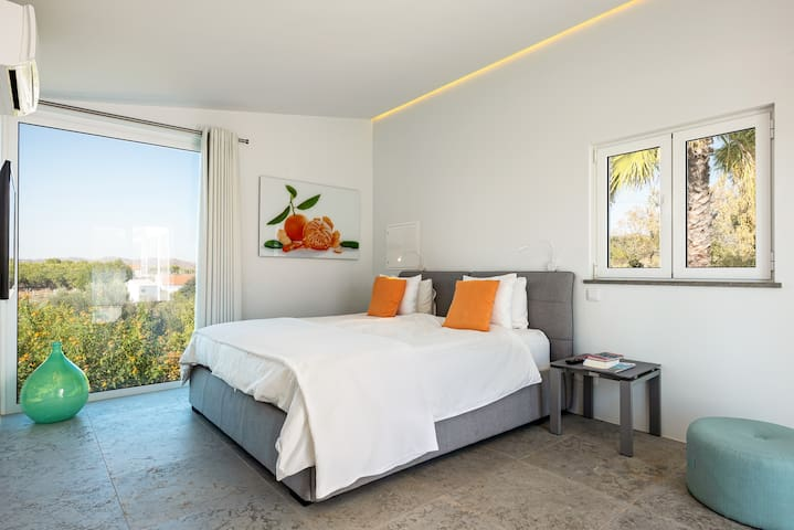Room 4 (clementine) King size bed, ensuite bathroom with walk-in shower