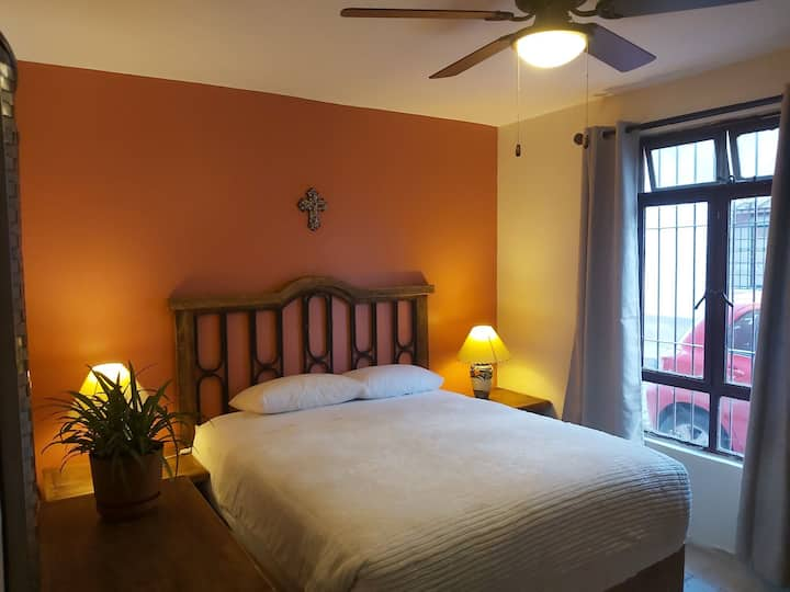 Acogedora habitación privada con baño compartido.