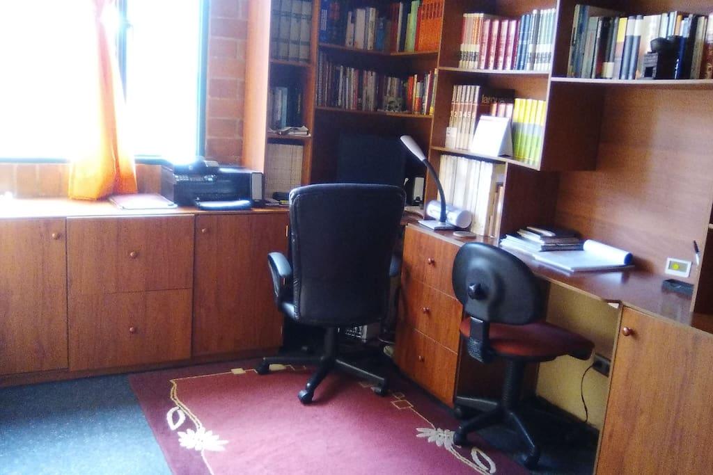 Interesante área de lectura y trabajo, variedad de libros y servicio wifi.