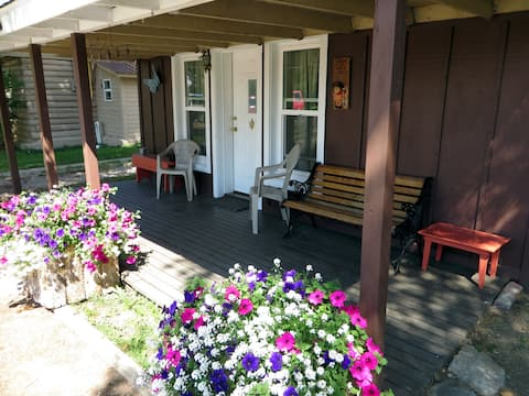 Historic Cozy Cabin:  Your Safe and Comfy Place in downtown Pinedale
