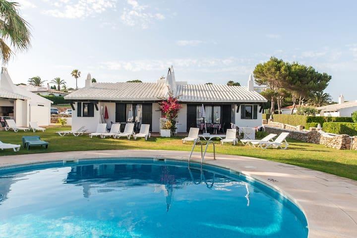 Hermosa casa de vacaciones en complejo residencial con piscina, Wi-Fi, terraza y césped; Estacionamiento disponible