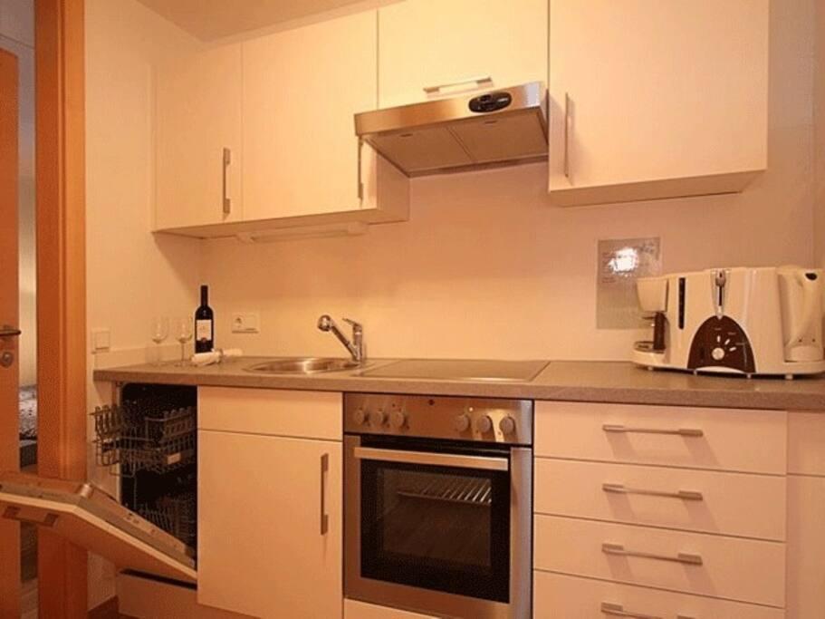 Voll ausgestattete Küchenzeile mit Geschirspüler