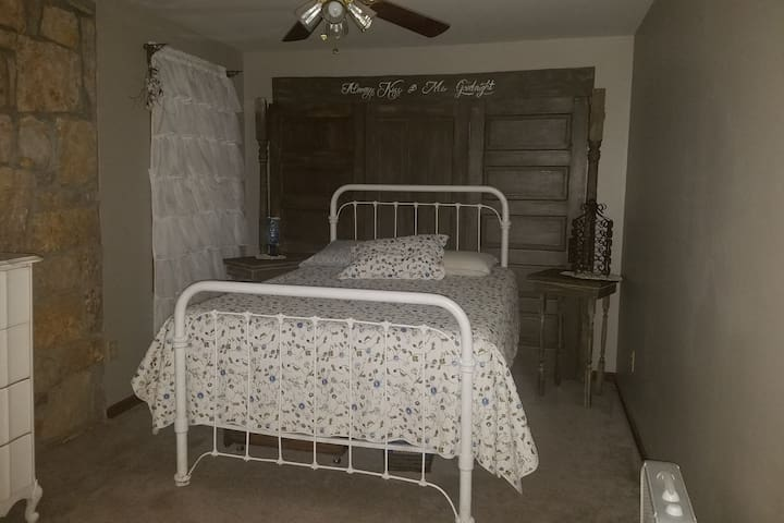 Private room sleeps 2. Skiatook/Tulsa Osage County