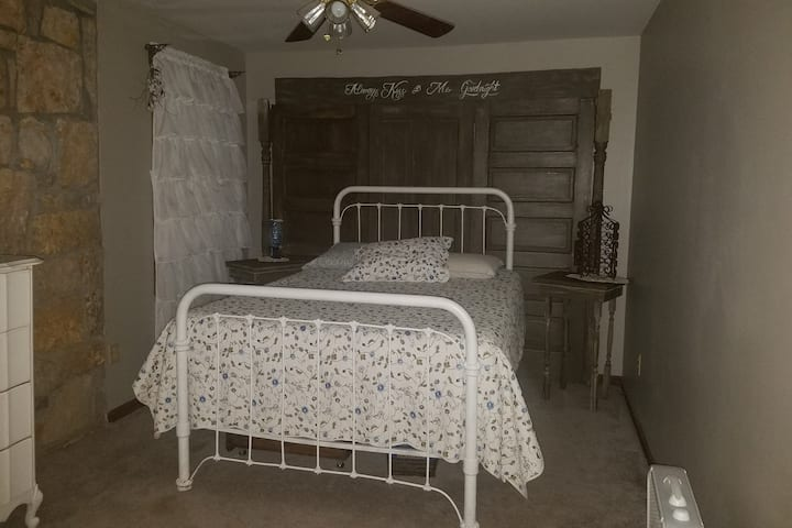 Private room sleeps 2. Skiatook/Tulsa Osage County