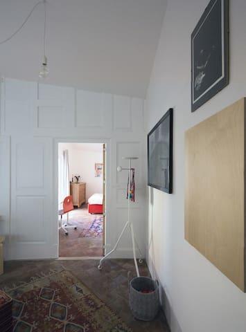parete di porte - ingresso camera rossa